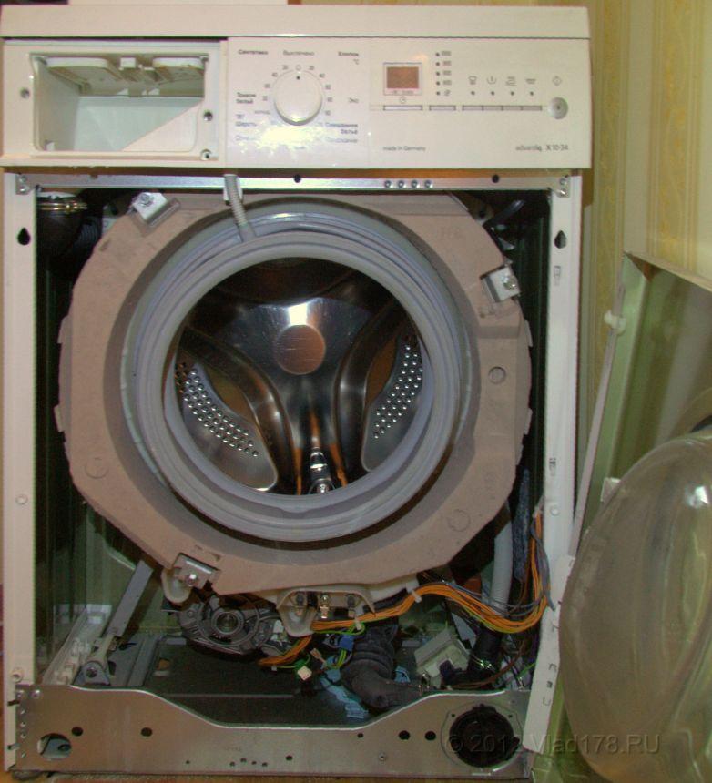 Стиральная машина Сименс Advantiq X 1034 со снятой передней стенкой. От нагревателя отсоединены провода и ослаблена гайка крепления